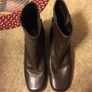 St. Johns bay Leather Boots. Lightly worn.
